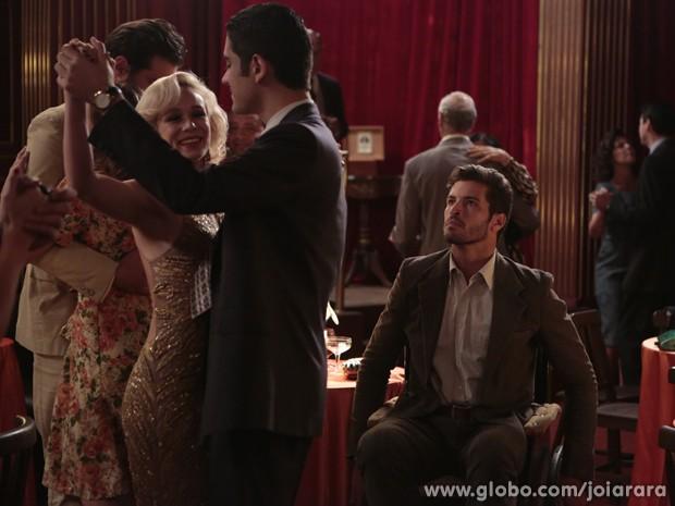 Davi nega dança e Aurora aceita convite de Décio (Foto: Felipe Monteiro / Tv Globo)