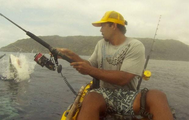 Imagem mostra predador saltando e 'roubando' atum (Foto: Reprodução/Facebook/Isaac Brumaghim)