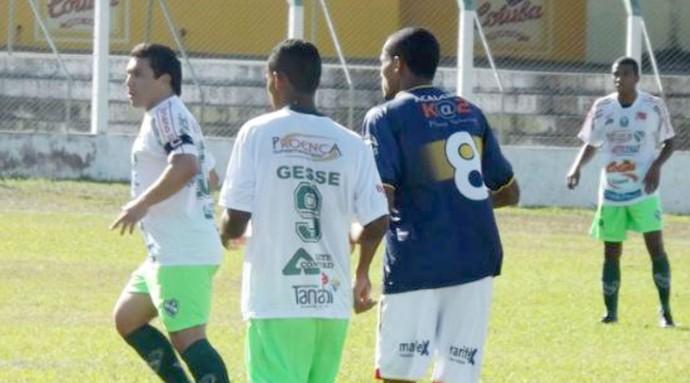 Cabañas e Gessé, em amistoso entre Tanabi e Grêmio Barueri (Foto: Marcos Lavezo)