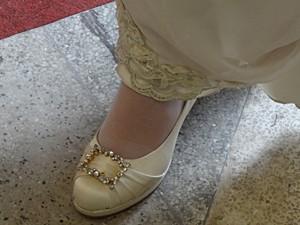 Sapato de cetim com fivela de strass (Foto: Malhação / TV Globo)