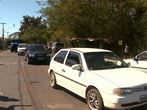 Avenida é a única via de acesso para o bairro Ribeirão Verde, na zona leste do município (Foto: Márcio Meirelles/EPTV)
