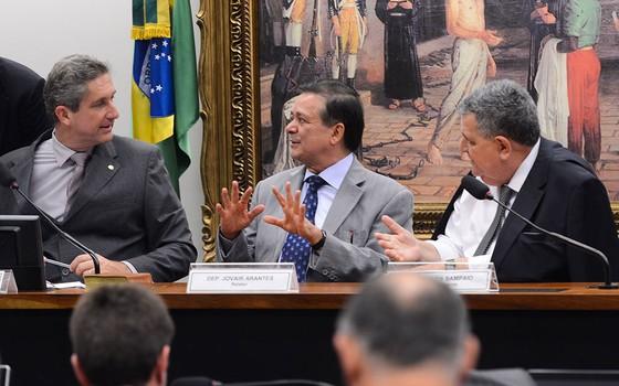 Sessão da Comissão do Impeachment, na Câmara, na qual aparecem os deputados Rogério Rosso (presidente), Jovair Arantes (relator) e Arnaldo Farias de Sá  (Foto:  Antonio Cruz/Agência Brasil)