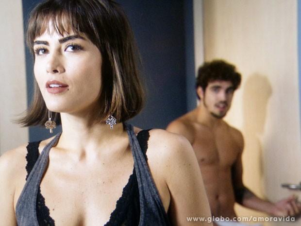 Patrícia entra e nem imagina que Michel estava atrás da porta (Foto: Amor à Vida/TV Globo)