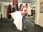 Noiva moderna: Nívea Stelmann posa de vestido branco e luva de boxe