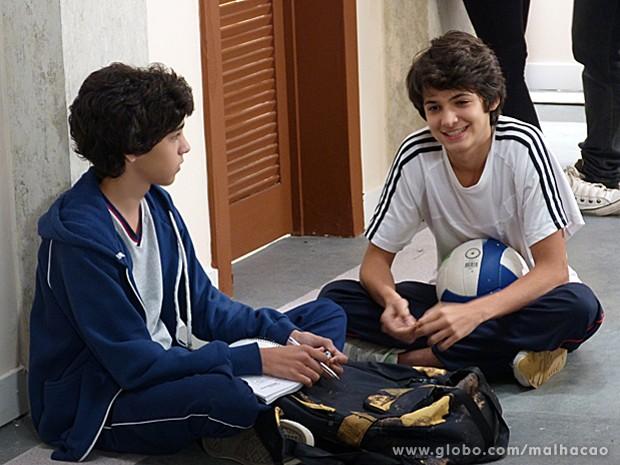 Vitor conta a Guilherme que está apaixonado por Clara  (Foto: Malhação / TV Globo)