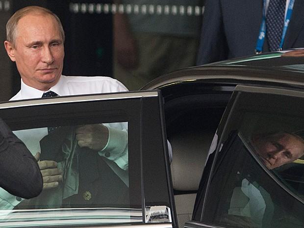 Putin deixa o hotel onde estava hospedado em direção ao aeroporto para voltar a Moscou neste domingo (16), antes do fim da cúpula do G20 (Foto: Jason Reed/Reuters)