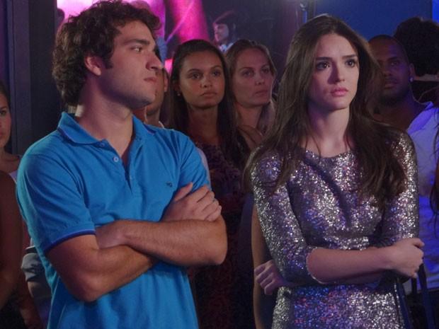 Cida fica passada com a atitude de Conrado e Elano percebe (Foto: Cheias de Charme / TV Globo)