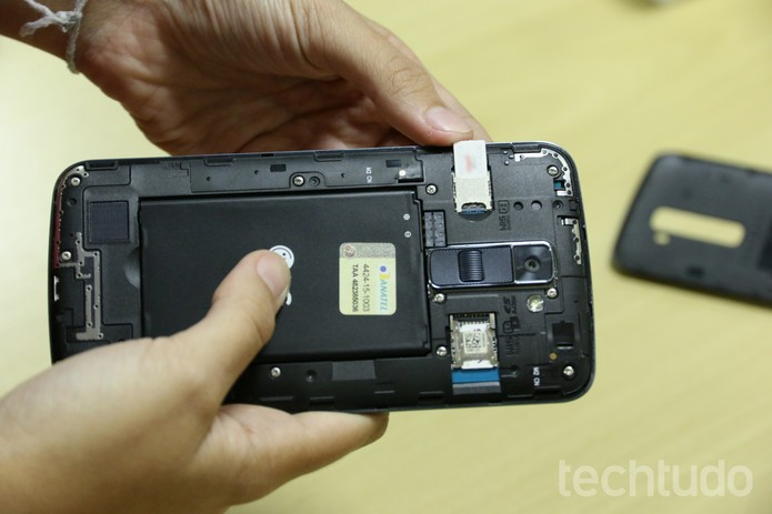 Insira o segundo chip no LG K10 (Foto: Anna Kellen Bull/TechTudo)