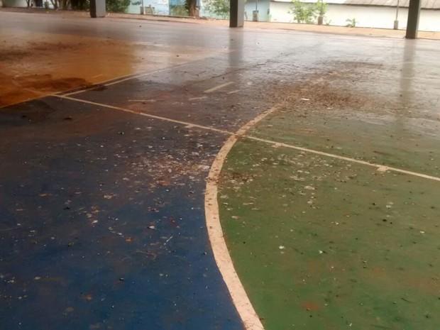 """""""Estamos sem fazer atividades físicas porque é grande o número de pombos que defecam no local"""", conta.  (Foto: Karine Sar)"""