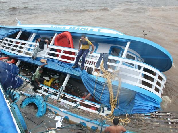 Embarcações naufragaram após colidirem, em Manaus (Foto: Jamile Alves/G1 AM)