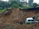 Rua cede, carro cai e terra atinge residência em Blumenau, SC