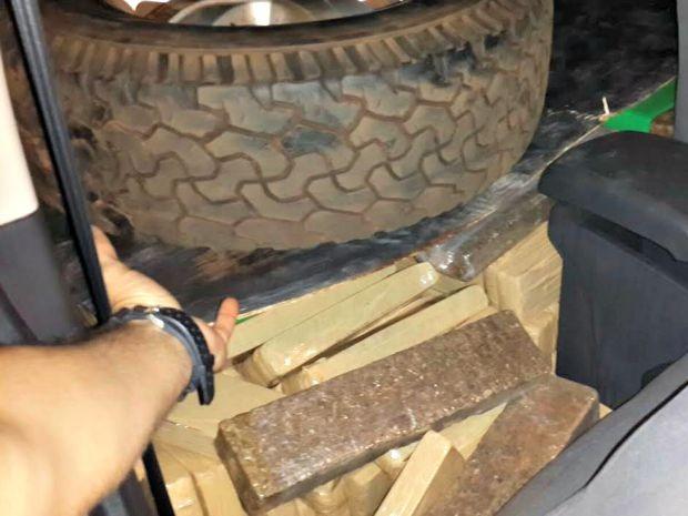 Tabletes de maconha estavam eram transportados em caminhonete (Foto: Divulgação/ PF)