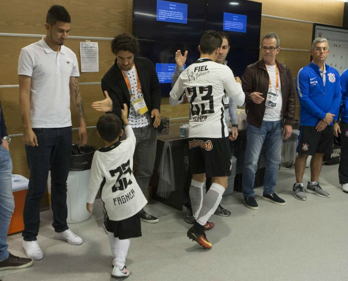 Pato no vestiário do Corinthians (Foto: Daniel Augusto Jr. / Agência Corinthians)
