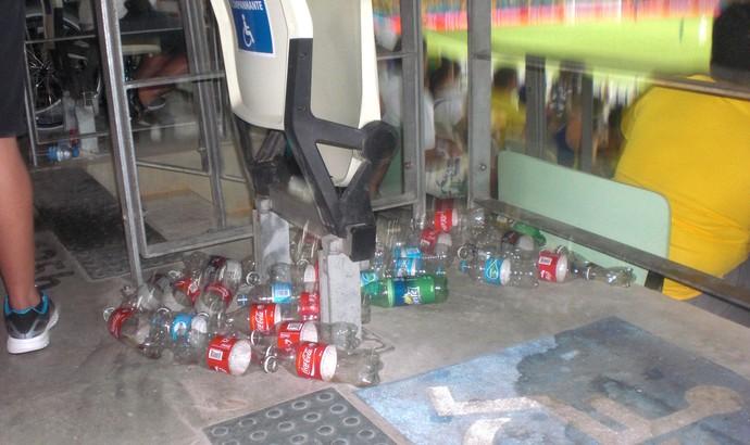 Mesmo com limpeza, Lixo ficou acumulado na Arena Castelão (Foto: Thaís Jorge)
