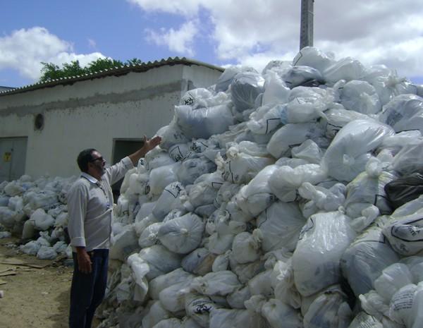 Sudema fiscalizou depósito irregular de lixo e notificou hospital. (Foto: Waléria Assunção/TV Paraíba)