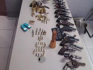 Polícia apreende 16 armas de fogo e 200 munições em casa em Campina Grande (Foto: Divulgação)