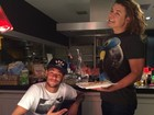 Na Espanha, David Brazil serve jantar para Neymar
