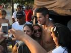 José Loreto posa com fãs em praia do Rio