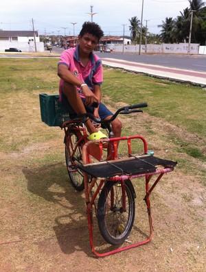 Jonas Silva foi comprar o ingresso para Portuguesa x Flamengo na bicicleta que usa para trabalhar como entregador (Foto: João Marcelo Sena)