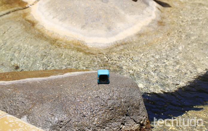 O modelo suporta contatos restritos com água (Foto: Fred Canequela/TechTudo)