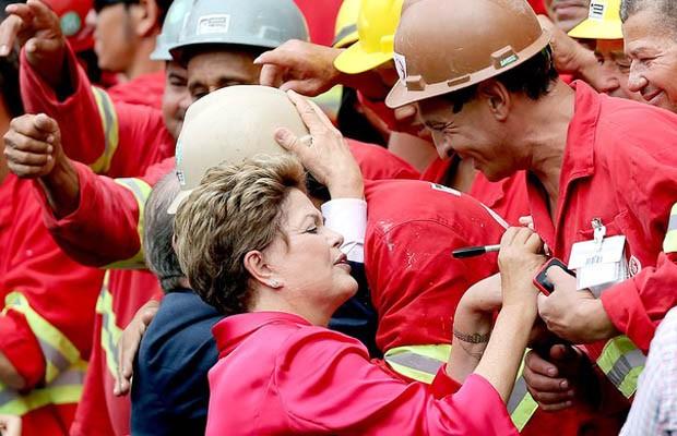 Dilma tirou fotos com operários da obra do Beira-Rio (Foto: AFP)