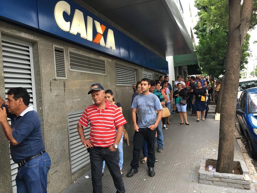 Trabalhadores fazem fila para sacar o dinheiro do FGTS (Foto: Gelson Netto/G1)