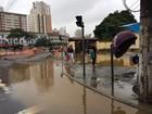 Adutora é danificada durante obras do VLT e rua fica alagada em Santos