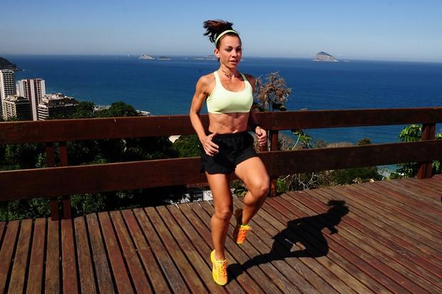 Carla Marins mostra treino para o EGO (Foto: Roberto Teixeira / EGO)