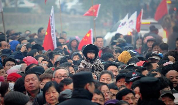 Chineses aguardam celebração no aniversário de Mao Tsé-tung nesta quinta-feira, 26 de dezembro. (Foto: Wang Zhao/AFP)