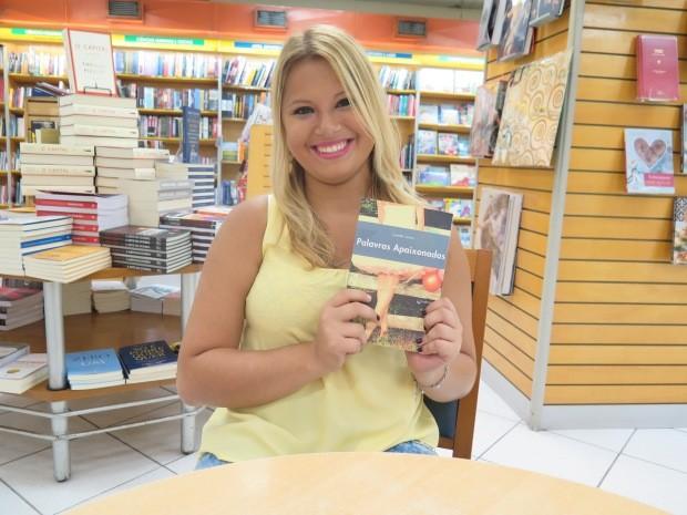 Escritora de São Vicente lança livro de contos e crônicas (Foto: Daniela Fiscarelli / G1)