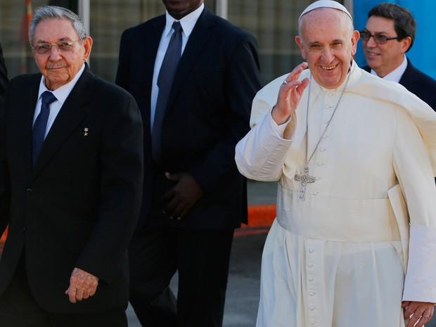 Papa acena enquanto se dirige ao avião ao lado do presidente de Cuba, Raúl Castro, no aeroporto de Havana, Cuba, nesta sexta-feira (12)  (Foto: AP Photo/Desmond Boylan)
