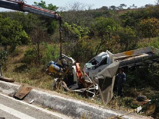 caminhão cai em ribanceira (Foto: PMR/Divulgação)