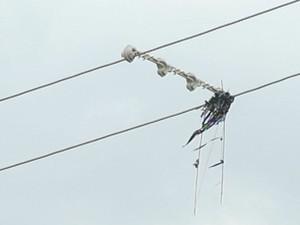 Linha da pipa ficou presa em fios de alta tensão  (Foto: Reprodução / TV TEM)