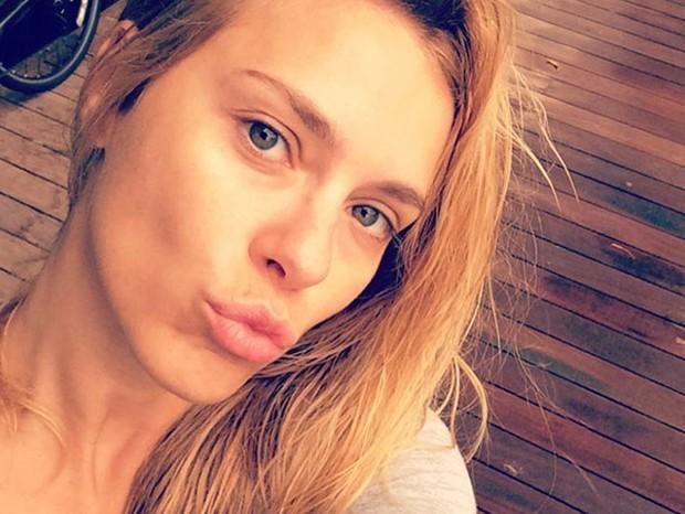 """Carolina Dieckmann adora uma joia, principalmente em ouro negro. """"Joia é sempre bom, né? Eu gosto muito de brincos, o que eu mais uso e considero para montar um look""""  (Foto: Reprodução/Instagram)"""