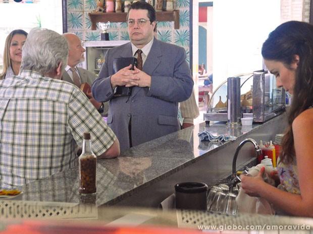 Pastor conta que já foi dono de bar antes de se converter (Foto: Amor à Vida/TV Globo)