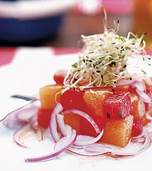 Saladinha refrescante de melancia e melão com cebola roxa (Foto: Rogério Voltan/Casa e Comida)
