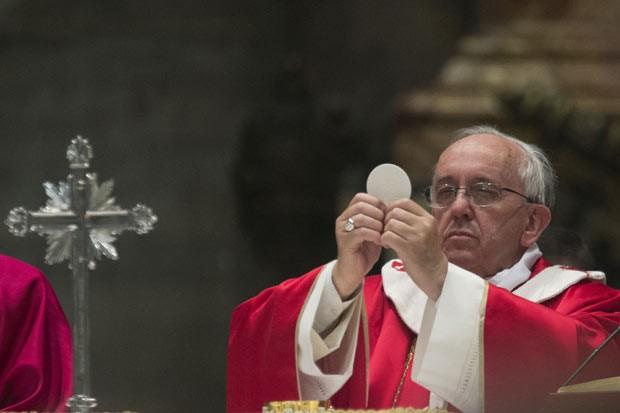 O Papa Francisco reza missa nesta segunda-feira (4) na Basílica de São Pedro, no Vaticano (Foto: AP)