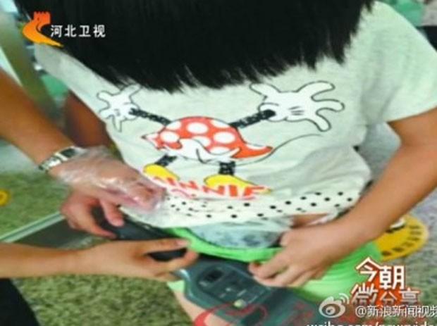 Congcong Tai voltava para casa depois de visitar os avós, quando decidiu trazer escondido o animal (Foto: Reprodução/Weibo)