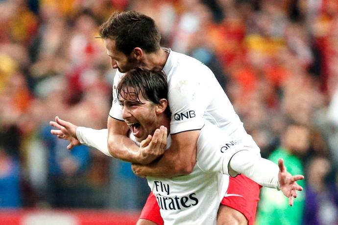 Maxwell comemora gol do PSG contra o Lens (Foto: Agência Reuters)