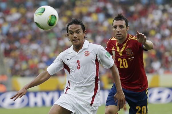 Marama Vahirua, do Taiti, disputa bola com jogador espanhol Santi Cazorla em partida da Copa das Confederações (Foto: Felipe Dana/AP)