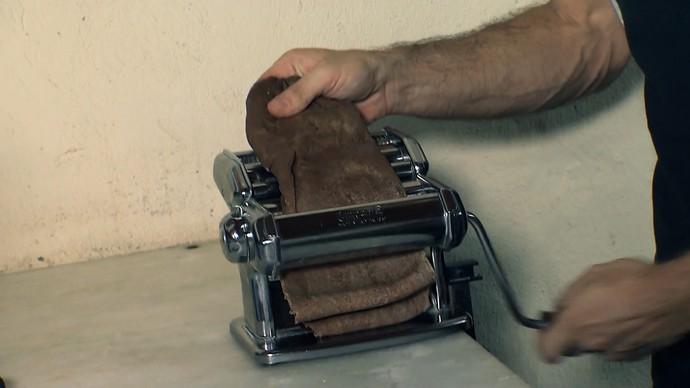 Abra a massa com um aparelho ou com o rolo de mão (Foto: TV Bahia)