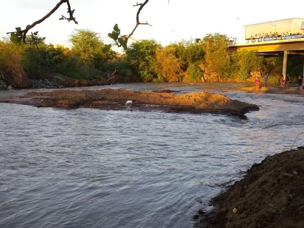 Águas do Rio São Francisco chegam ao leito do Rio Paraíba, em Monteiro (Foto: Artur Lira\G1)