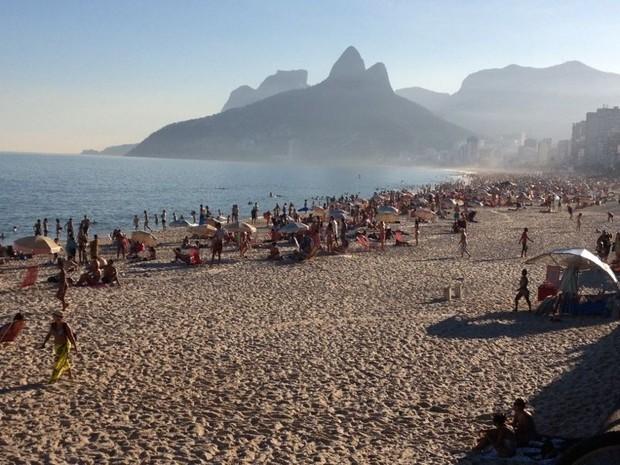 Dia de sol leva cariocas para a praia (Foto: Roberta Saad/G1)
