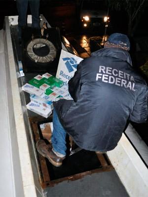 Agentes da RF localizam cigarro em fundo falso de tanque (Foto: Refeita Federal/Divulgação)