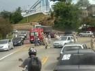 Motociclista fratura pé em acidente em viaduto de Volta Redonda, RJ