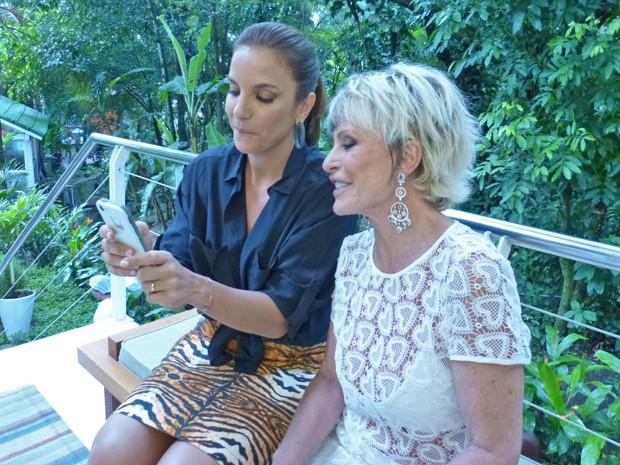 Ivete tira foto com Ana Maria nos bastidores e mostra o resultado para a apresentadora (Foto: Mais Você / TV Globo)