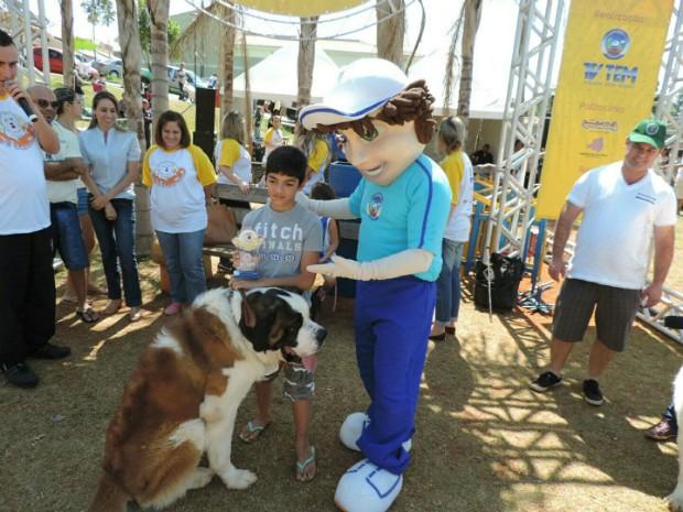 Scooby recebeu o troféu de maior cão (Foto: Caio Gomes Silveira / G1)