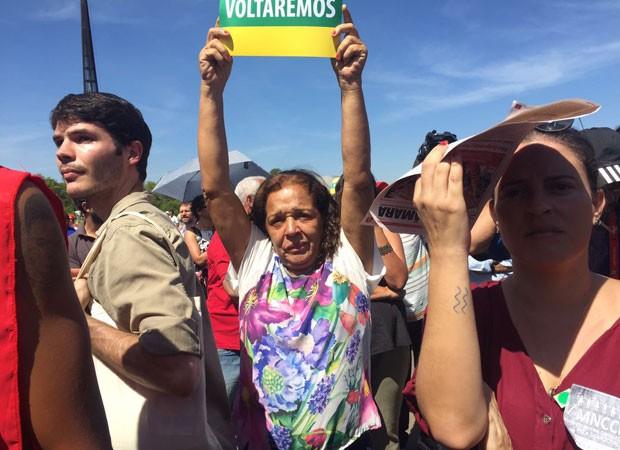 Militantes choram durante o primeiro pronunciamento da presidente afastada Dilma Rousseff; discurso ocorreu no final da manhã desta quinta-feira (12), pouco depois de ela ser notificada pelo Senado do resultado da decisão que a afastou do cargo (Foto: Gabriel Luiz/G1)