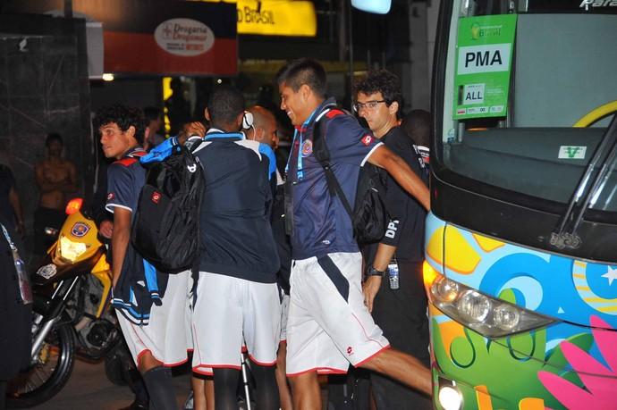 Costa Rica chegada ao Recife (Foto: Aldo Carneiro/ Pernambuco Press)