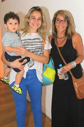 Fernanda Gentil com o filho, Gabriel, e a mãe, Martha Machado, em peça infantil no Rio (Foto: Daniel Delmiro/ Ag. News)